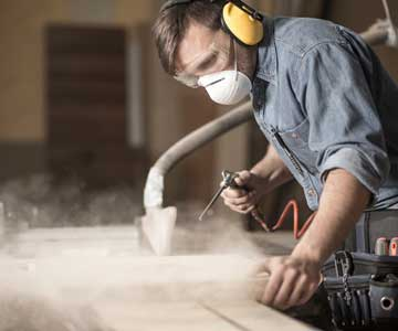 woodworker-concentrating-306-CO