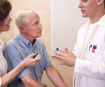 Pharmacist teaches how to use glucose meter